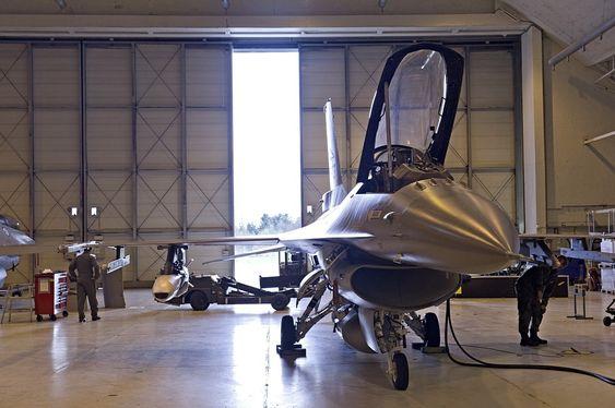 På F-35 kan JSM bæres både på eksterne våpenstasjoner og internt i våpenrommet for å beholde kampflyets stealthegenskaper. På et F-16 er det ikke noe alternativ en utenpå.