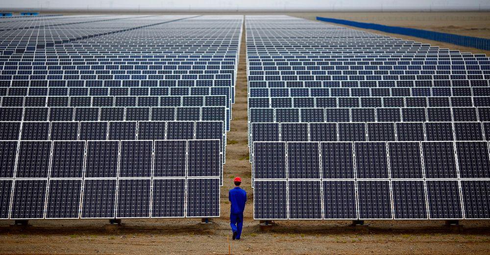 Et solcelleanlegg i Gansu-provinsen i Kina. Å investere i fornybar energi er særdeles fornuftig, mener WWF Norge.