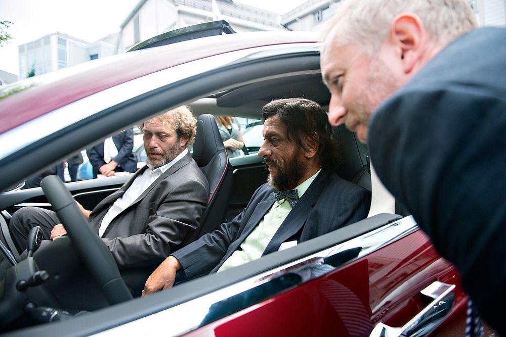 Imponert: Både miljøvernminister Bård Vegar Solhjell (t.h.) og lederen av FNs klimapanel, Rajendra Pachauri, lot seg imponere av Frederic Hauges Tesla Model S.  Foto: Anders Martinsen