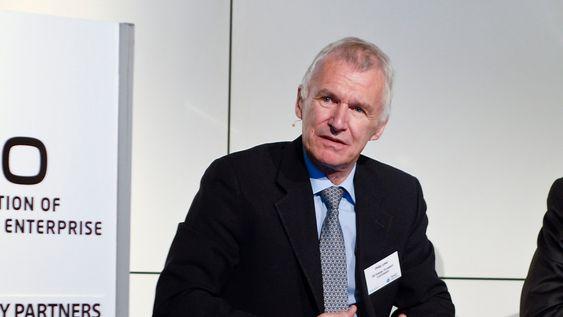På sikt vil det være fornuftig å bygge flere kraftkabler mellom landene, sier EU-kommisjonens generaldirektør for energi,Philip Lowe.