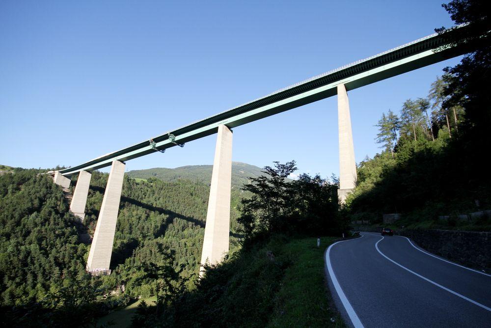Østerrike har bygget flere tusen kilometer motorvei uten å belaste statsbudsjettene. Her er Europabroen på motorveien A13.