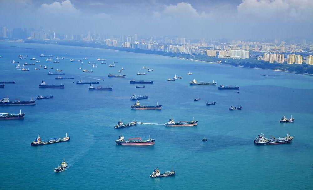 TETT: Singapore-stredet og her ved innseilingen til Singapore havn har ekstremt høy trafikk og skal få bedre trafikkavvikling med norsk teknologi.