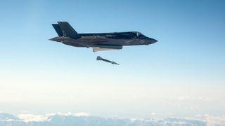 Traff blink med laserstyrt bombe fra 25.000 fot