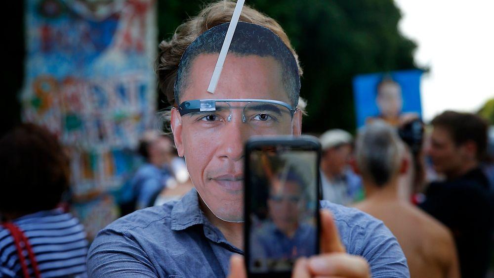 Den amerikanske etterretningstjenesten NSA skal ha avlyttet 60 millioner samtaler i Spania. Her fra en demonstrasjon i Tyskland etter at det kom ut at USA skal ha avlyttet også Tysklands statsminister Angela Merkel.