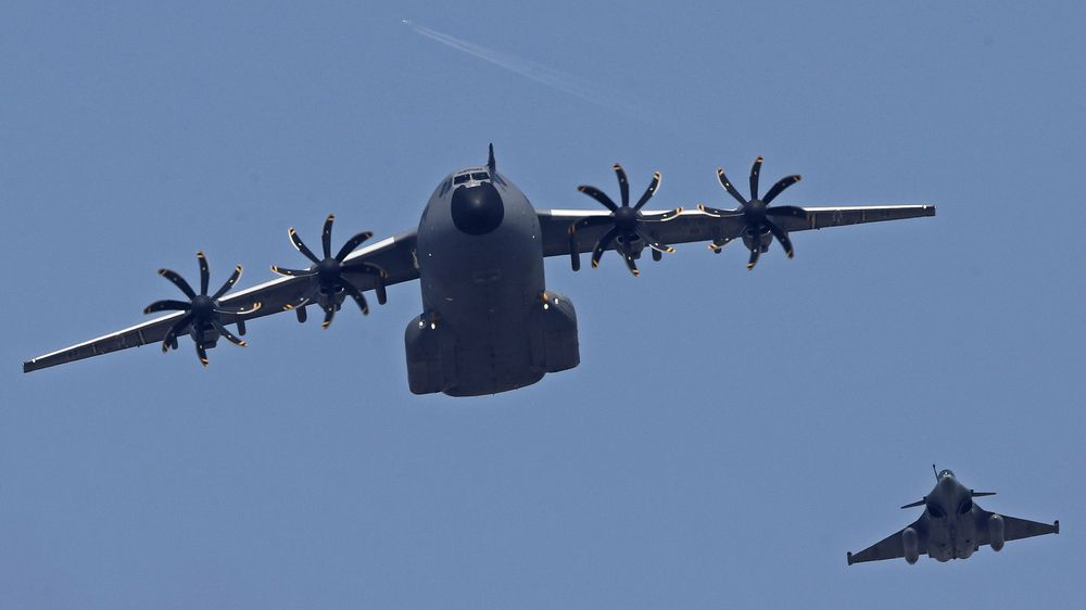 Et Airbus A400M-fly på vingene over Paris.