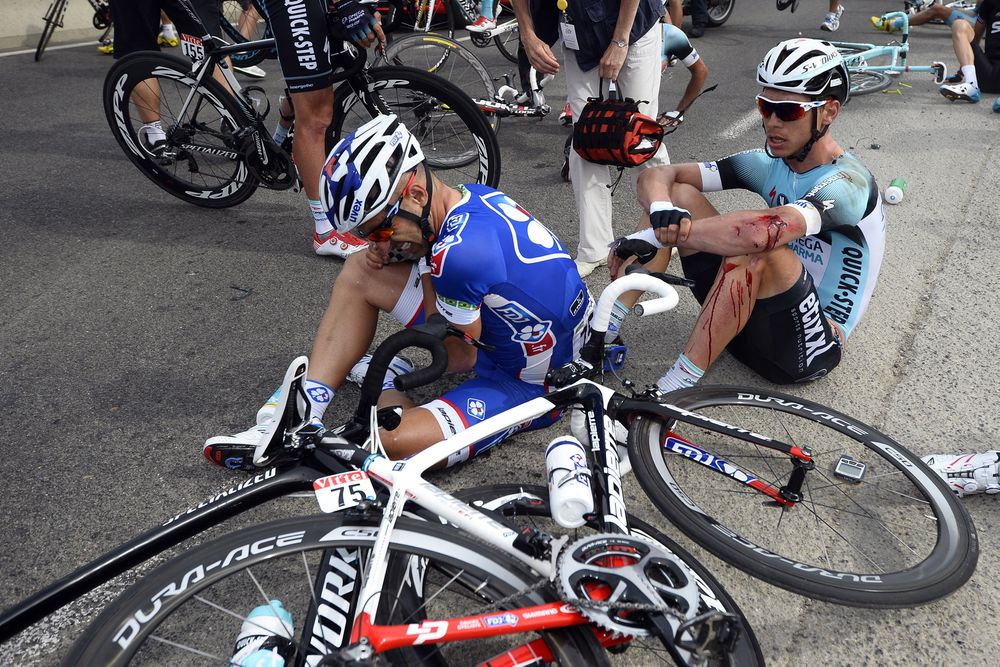Det kan gå hardt for seg når syklister møter asfalten, her er det tyske Tony Martin som har gått i bakken under førsteetappen på årets Tour de France.