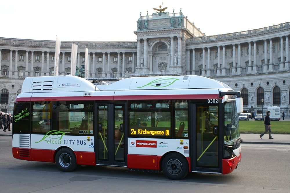 Elektrisk i Wien: I Wien har de hatt 12 små elbusser siden i fjor høst som denne foran Hofburgpalasset. De opererer som en del av det vanlige kollektivtransportnettet. I sommer skal to av rutene kjøres helt elektrisk.