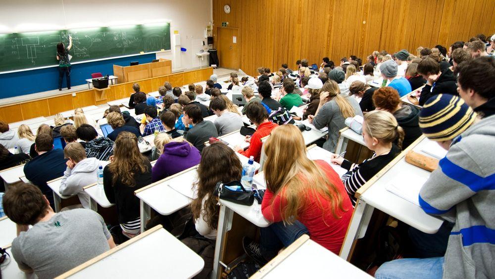 Teknologi-, realfags- og ingeniørstudiene kan potensielt få ca. 4300 studenter for mange. Fagforeningene er bekymret. Her fra en mekanikk-forelesning på NTNU.