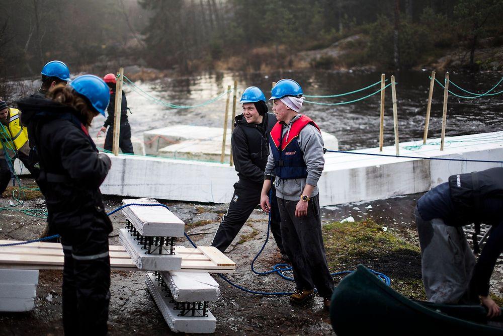 Det er fortsatt mulig å bli ingeniør ved en rekke av landets studiesteder. Her studenter fra Høgskolen i Østfold som fikk i oppdrag å bygge en bro.