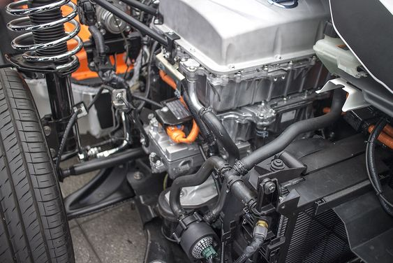 Varmepumpe. Den lille utveksten på siden av kraftelektronikken med en oransje strømkabel inn er en kombinert kjøle- og varmepumpe. Den sparer veldig mye energi om vinteren når bilen må varmes opp og det øker rekkevidden betydelig.