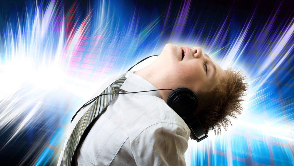 Ved komprimering av musikk forsøker algoritmene å fjerne informasjon man mener øret ikke oppfatter. Jo mer komprimering, jo mer data tas vekk.