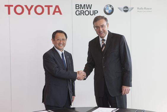Dette håndtrykket mellom Akio Toyoda og Norbert Reithofer har sannsynligvis gitt en del konkurrenter noe å tenke på i sommer.