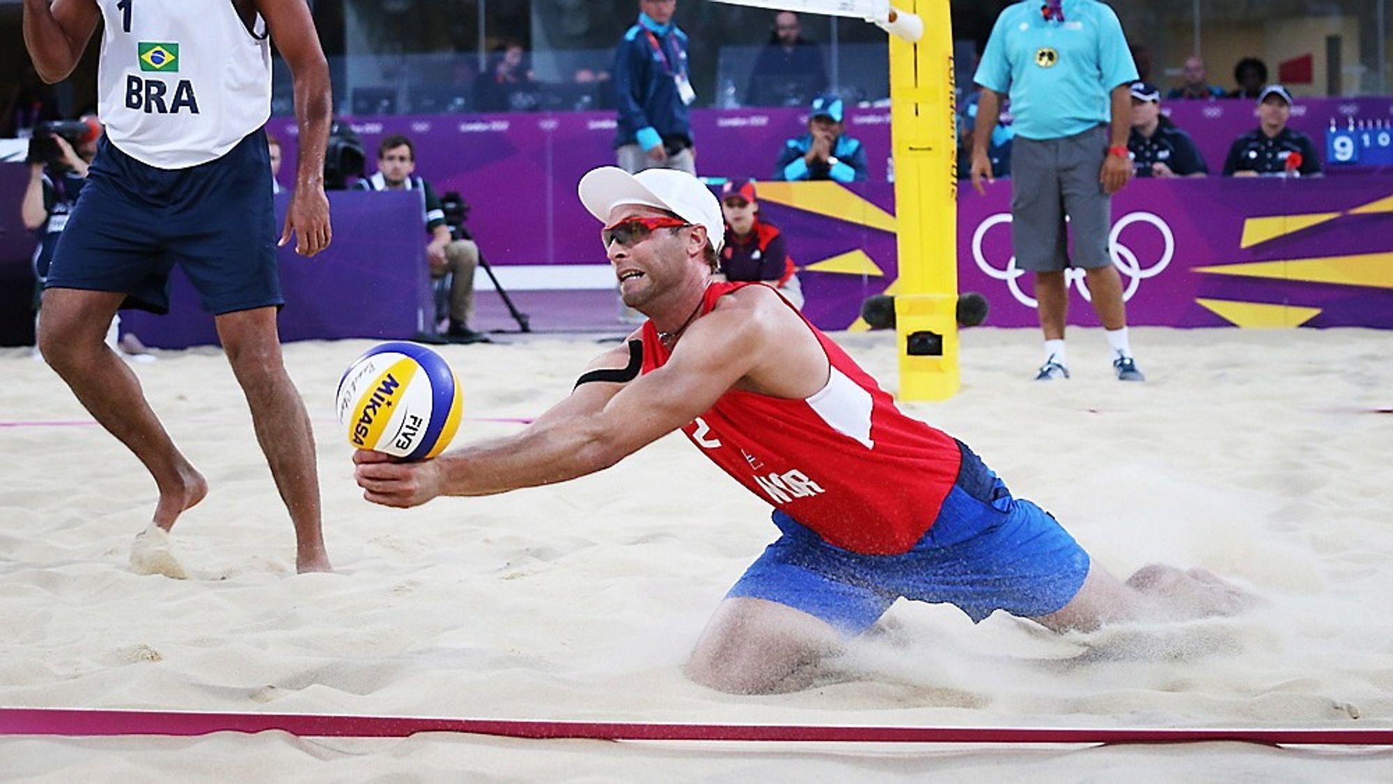 NRK sender OL fra London via to TV-kanaler og sju nettkanaler. Her norske Tarjei Skarlund i kamp mot Brasil i sandvolleyball.