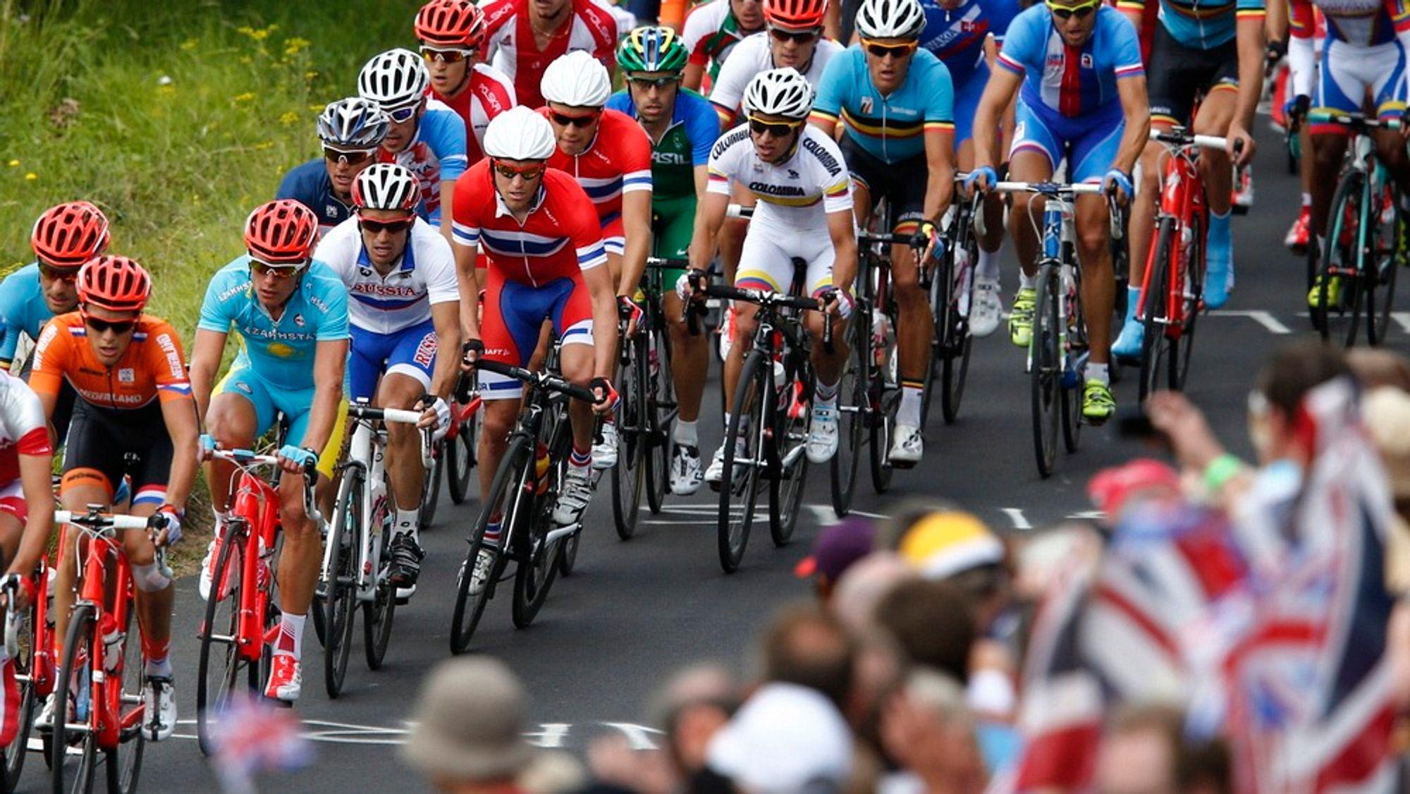 Den internasjonale olympiske komité skyldte på et overbelastet datanett for at landeveisrittet i sykkel lørdag ble sendt uten både tidsreferanser og grafikk.