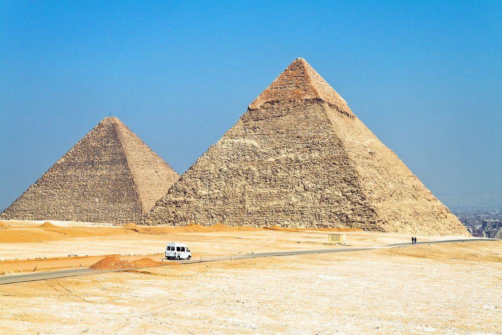 Det ble anslagsvis brukt 5,5 millioner tonn kalkstein og 8000 tonn granitt da Kheopspyramiden ble bygget. Pyramiden var 146 meter høy, og hver side av grunnflaten er 230 meter lang. Nå skal Jernbaneverket finne bruksområder til så enorme steinmasser at man kunne bygget to slike pyramider på nytt. FOTO: colourbox.com