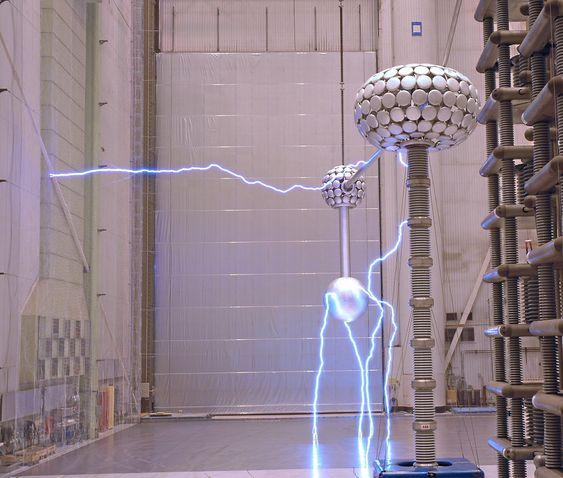 Testing av UHVDC-transformatorer hos ABB i Ludvika i Sverige.