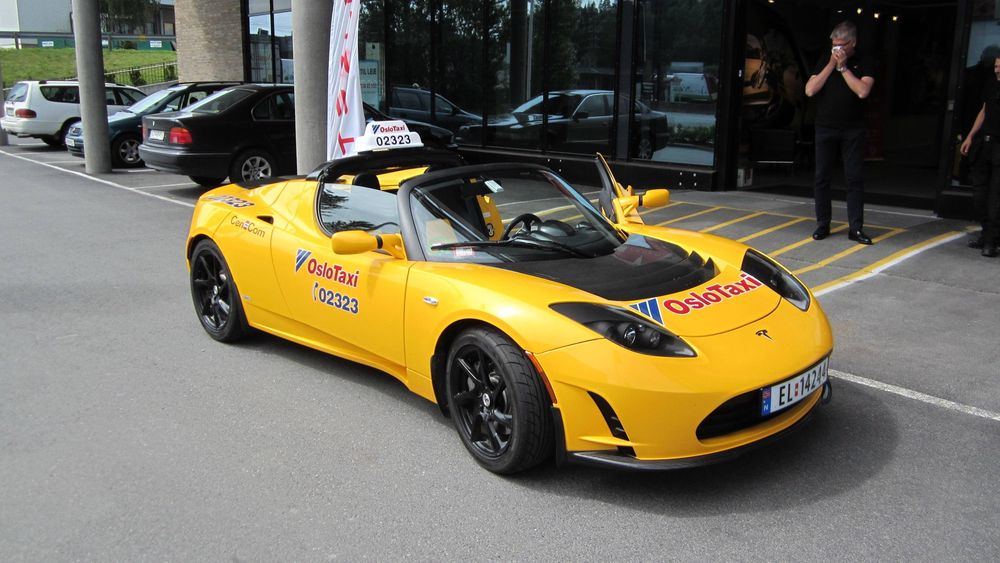 Her er Oslo Taxis nyeste tilskudd i flåten: En gul Tesla Roadster.