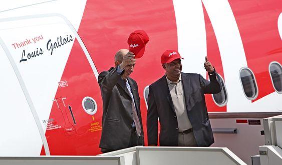 Her er Airbus-sjef Fabrice Brégier (t.v) og Air Asia-sjef Tony Fernandes da sistnevnte overtok A320 nummer 100 tidligere i år.