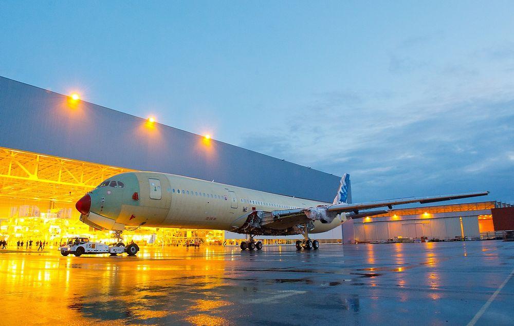 A350-900 XWB MSN-001 på sin første luftetur på egne hjul - vei fra Stasjon 40 til Stasjon 30 på sluttmonteringsfabrikken (FAL) i Blagnac utenfor Toulouse i starten av desember i fjor.