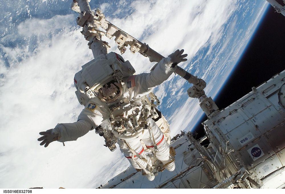 Med føttene fastspent til romkranen Canadarm2, klargjør astronaut Rick Linnehan en logistikkmodul som skal kobles fra romfergen Endeavour. Teknologien i Canadarm har ført til fremskritt innen hjernekirurgi.