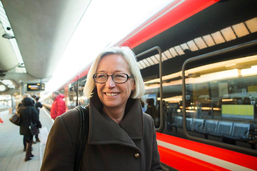 Samferdselsminister Marit Arnstad vil heller bygge ut jernbanen rundt storbyene enn å satse på lyntog. Tidligere denne måneden var hun med på å presentere den nye ruteplanen for Oslo og Østlandet.