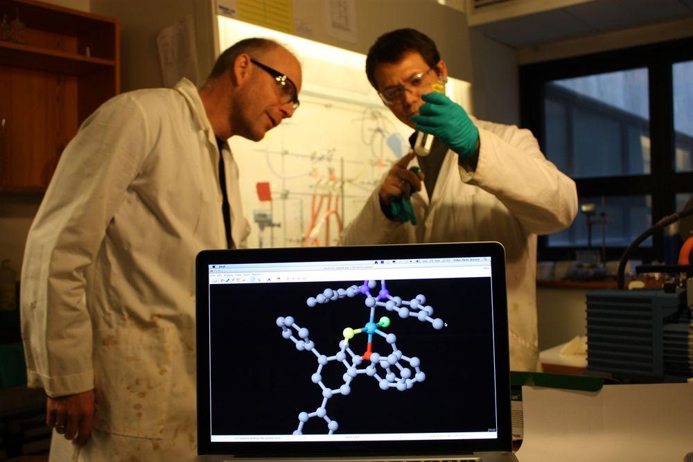 Professor Vidar R. Jensen sammen med forskerkollega Giovanni Occhipinti. På skjermen ser vi en molekylmodell av en av katalysatorene de har laget, med rutenium i blått i midten.