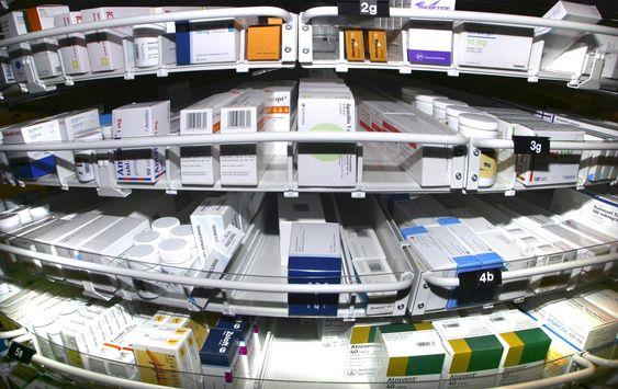 Å lage en ny medisin tar vanligvis ti til tjue år. Et viktig trinn på veien er å finne ut hvordan man skal framstille virkestoffene i medisinen i laboratoriet.