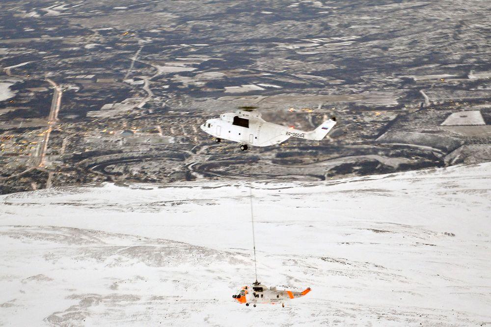 Det russiske kjempehelikopteret Mi26 løftet ned et havarert norsk Sea King helikopter fra fjellet Divgagaisa i dag.