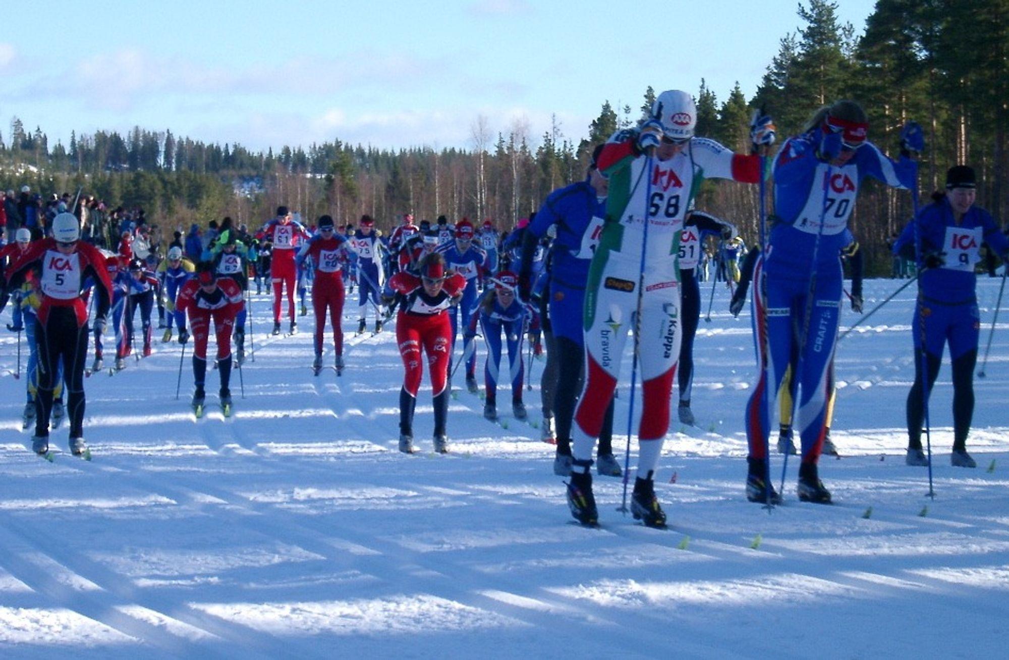 Tilhengerne mener ski behandlet med stålsikling og vinkelsliper får bedre glid enn ski som er glidet, spesielt under lange skirenn. Her fra Vasaloppet.