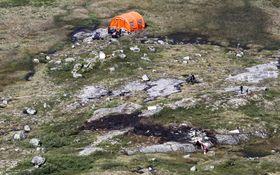 Ulykkesstedet der et helikopter fra Airlift med fem personer om bord styrtet i fjellet.