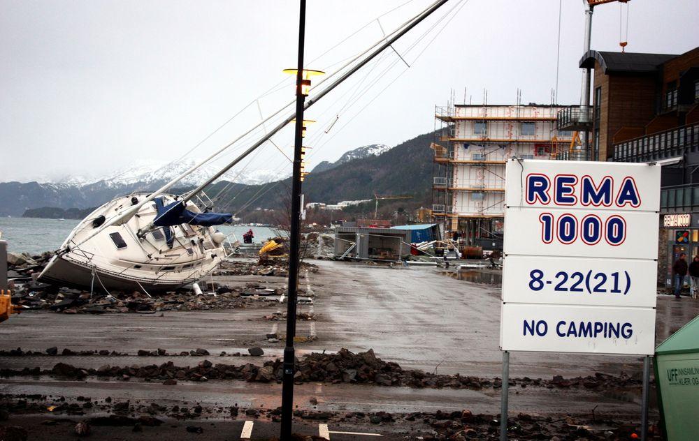 En stor seilbåt ble kastet opp på en parkeringsplass ved Rema 1000 vest for Molde sentrum under stormen Dagmar natt til 2. juledag i 2011.
