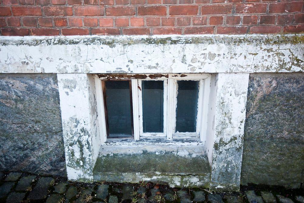 Dette vinduet ved Universitetet for biovitenskap og miljø, UMB, viser at det er begrenset hvor mye penger universitetene har brukt på vedlikehold. (Foto: Håkon Jacobsen)