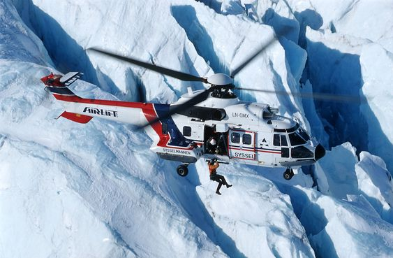 Dette AS332 L1-helikopteret (LN-OMX) tjenestegjør i dag som allværsredningshelikopter på Svalbard og flys av Airlift. Helikopteret skal oppgraderes og fortsette som sar-helikopter, men fra 1. april 2014 får det logoen til Lufttransport.