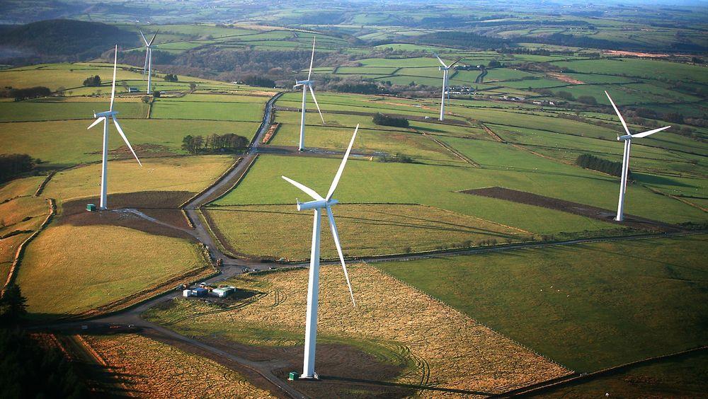 Skattespørsmål er et nasjonalt anliggende, sier politisk rådgiver Elnar Remi Holmen (Frp). Han kan ikke love at Norge vil gjøre noe som helst for å stoppe svenske vindkraftkommuners mulighet til å bruke ekstremt lukrative fradragsregler til å utkonkurrere norske vindkraftutbyggere.