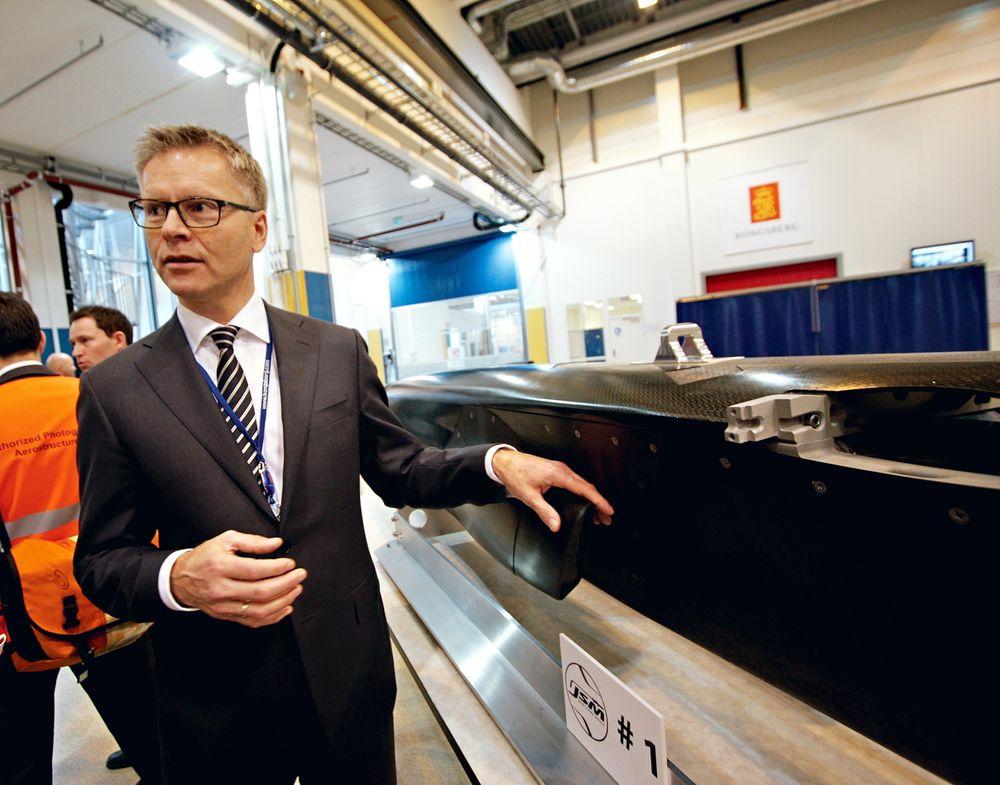 Skrog nr 1: KDS-direktør Harald Ånnestad med det første ferdigproduserte JSM-skroget.
