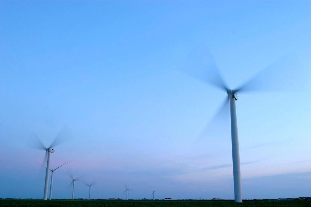 Små vindkraftanlegg kan være et viktig tilskudd til driften av gårdsbruk, mener energiminister Ola Borten Moe (Sp).