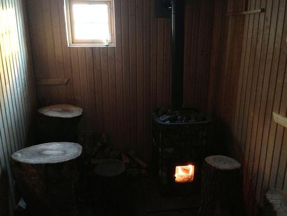 Badstuen er gratis og naustet holder åpent de fleste dager ut 2012.