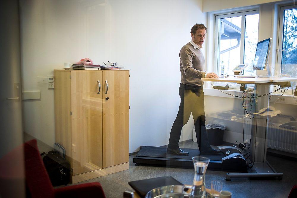 Går på jobben for å kunne gå på jobben: Svein Arne Sørgård svarer på e-post, lager powerpoint-presentasjoner,  oppdaterer nettsiden sin og tar telefonsamtaler mens han går på tredemølla.
