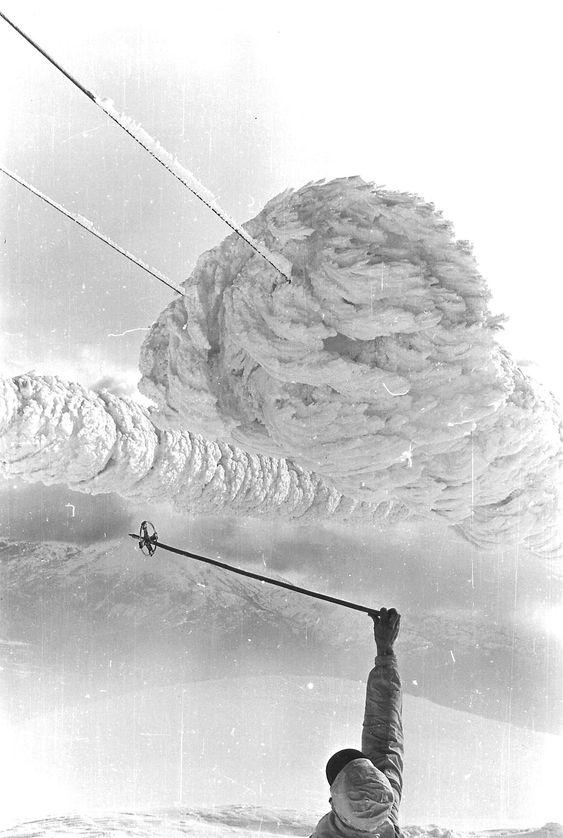 REKORD I SKYISING: Dette synet møtte mannskapet fra Voss kraftlag da de i april 1961 tok seg opp til 22 kV kraftledningen til radio- og TV-senderen på Lønahorgi (1 410 m oh). Isdimensjonene illustreres med skistaven til meteorolog Håkon Råstad.