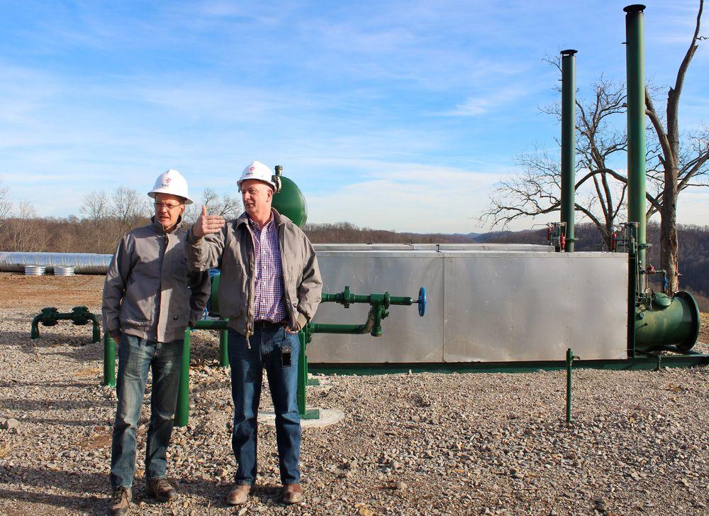 Skifer-sjefer: Torstein Hole (til venstre), direktør for Statoils landbaserte virksomhet i USA, og Andy Winkle, Statoils direktør for virksomheten i Marcellus-området, på en brønnlokasjon i dette området. Foto: Statoil.