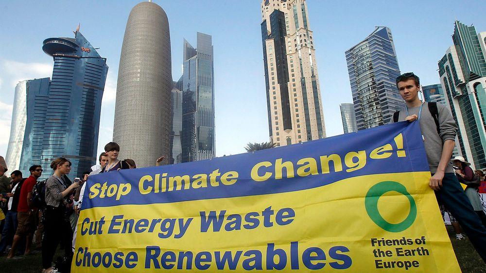 De internasjonale klimaforhandlingene fortsetter denne uka i Doha. Her forbereder miljøaktivister seg på en demonstrasjon.