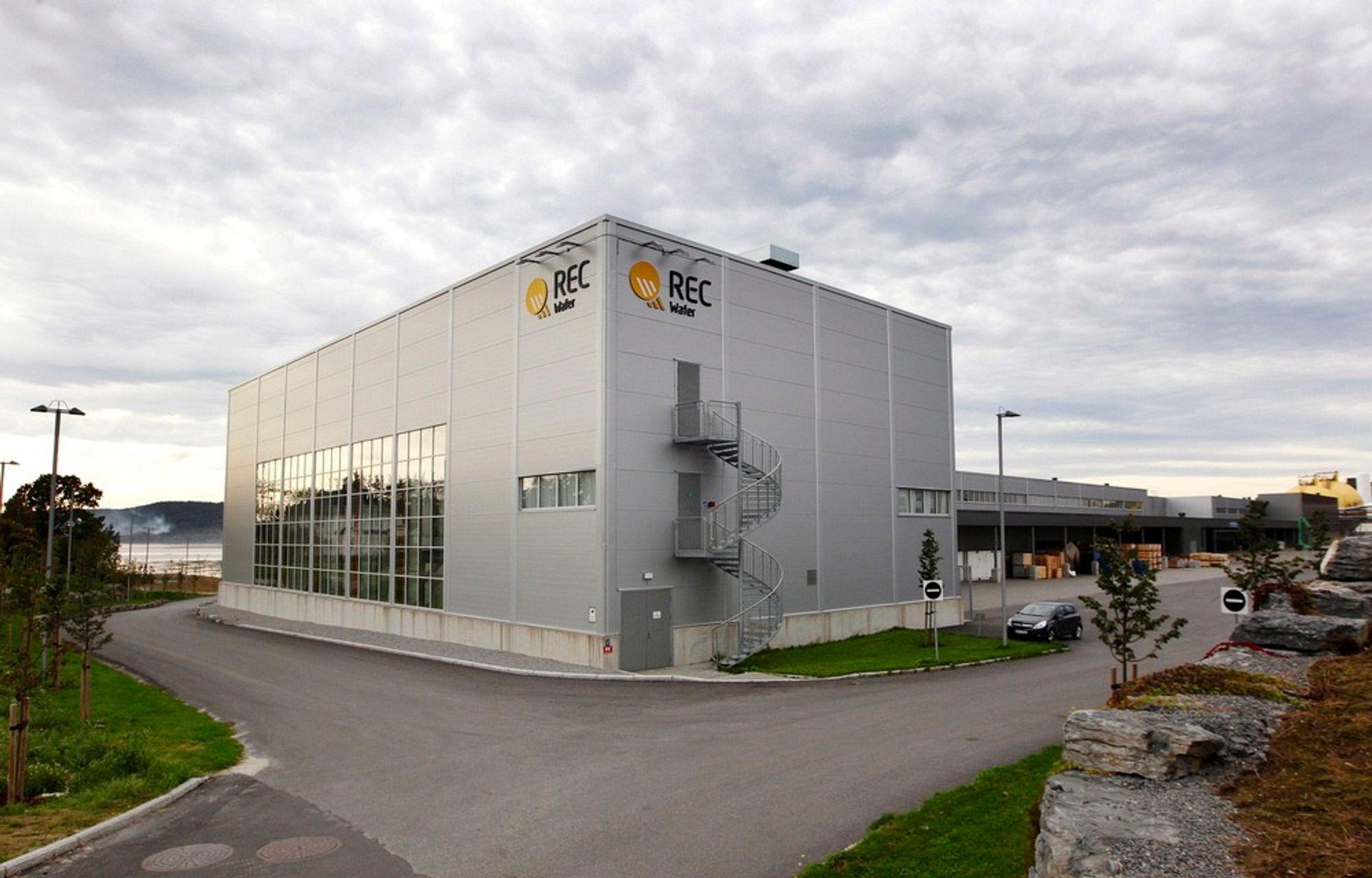 PORSGRUNN  20110928. REC Wafer på Herøya onsdag. REC vurderer å si opp 700 ansatte i Norge.Foto: Erlend Aas / Scanpix REC Wafer fabrikken på Herøya i Porsgrunn. Onsdag presenterte styret sin beslutning for fabrikkene i Norge. Cirka 500 ansatte mister jobben.