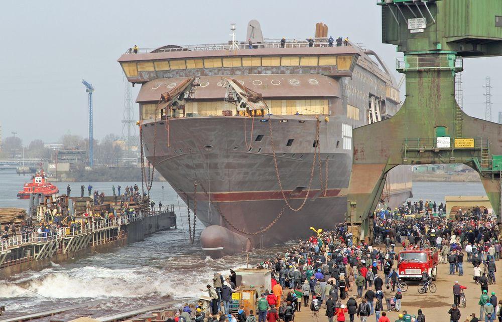 VANN: Stavangerfjord på vei ned slippen ved Stocznia Gdansk i Polen. Nå slepes skipet til Bergen Group Fosen for utrustning og ferdiggjøring.