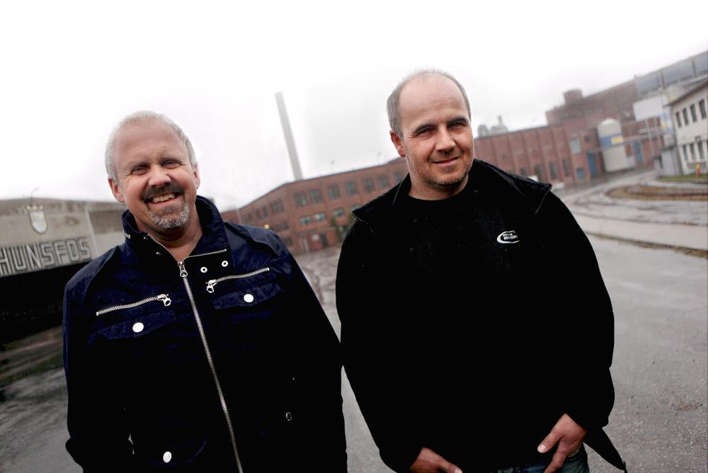 LAGER NYTT AV GAMMELT: Trygve Aas (t.v.) og Terje Mangseth er to av seks investorer som la totalt 25 millioner kroner på bordet for å gjøre om gamle Hunsfos papirfabrikk til ny næringsvirksomhet.