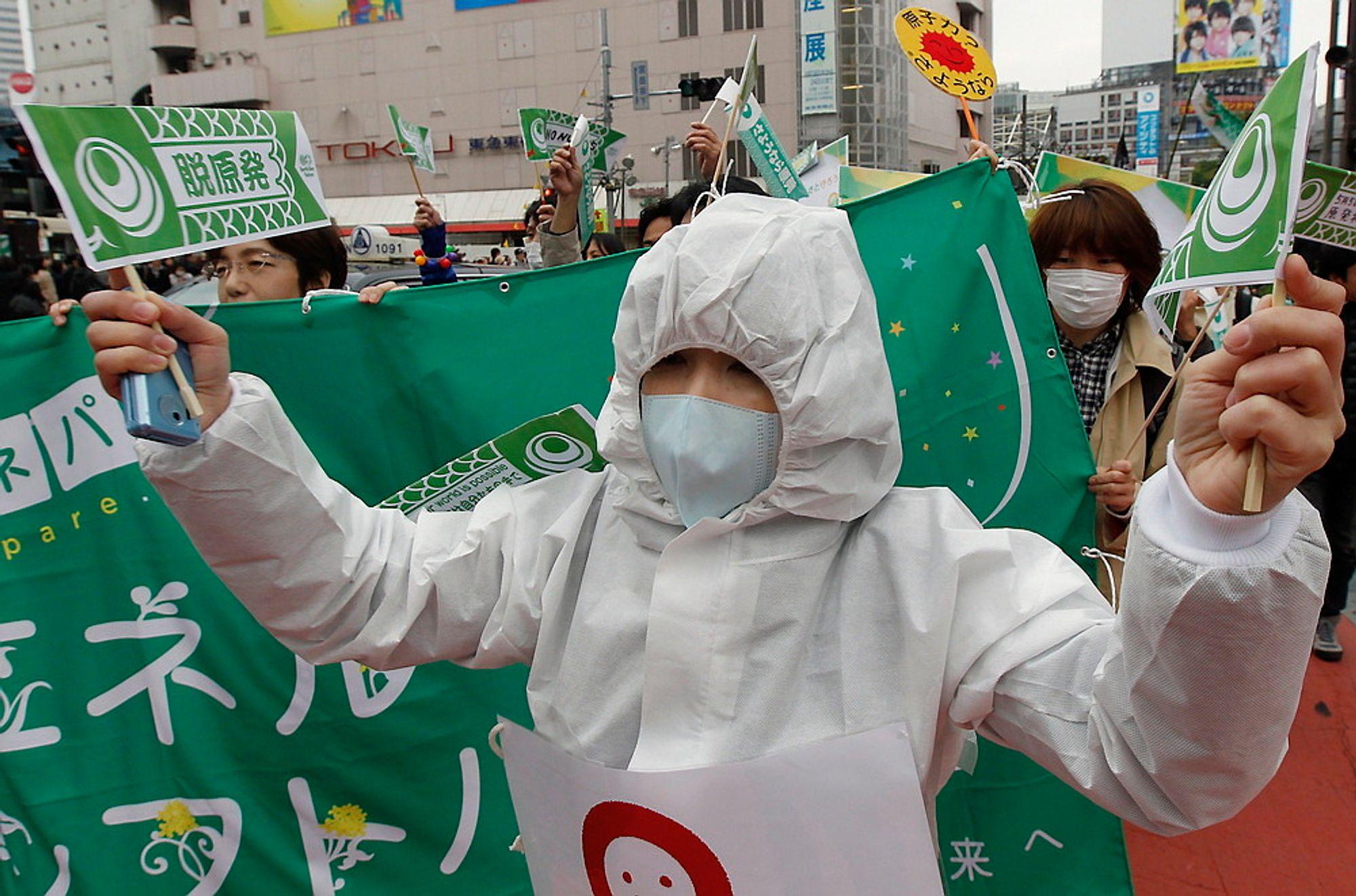 Japanere deltar i en demonstrasjon i Tokyo der de krever at alle kjernekraftverk i landet må stenges. Om knappe to uker er det meningen at det siste av landets atomreaktorer skal stenges, men mange mener at landet ikke vil greie seg uten kjernekraft. FOTO: Kim Kyung-Hoon / REUTERS / NTB scanpix