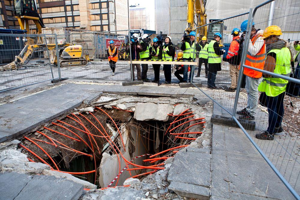 Krateret etter bomben i regjeringskvartalet 22. juli. Bomben er anslått til en sprengkraft mellom 400 og 700 kilo TNT.