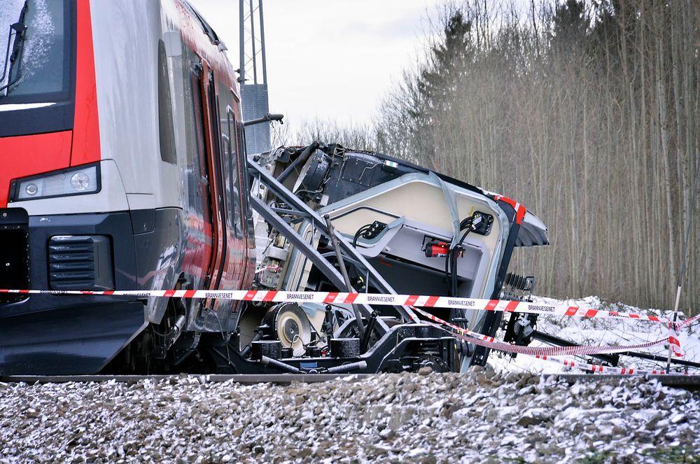 PÅ SIDEN: Den tredje vognen i togsettet veltet og ligger på siden av sporet.