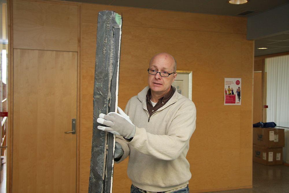 TOMT: Sammenføying av to karbondeler fra Sollifjell viser at det mangler lim i store deler og for mye i andre. Havariinspektør John Wilsgaard påpeker at dette ikke er årsak til ulykken, men medførte større skader på skroget..