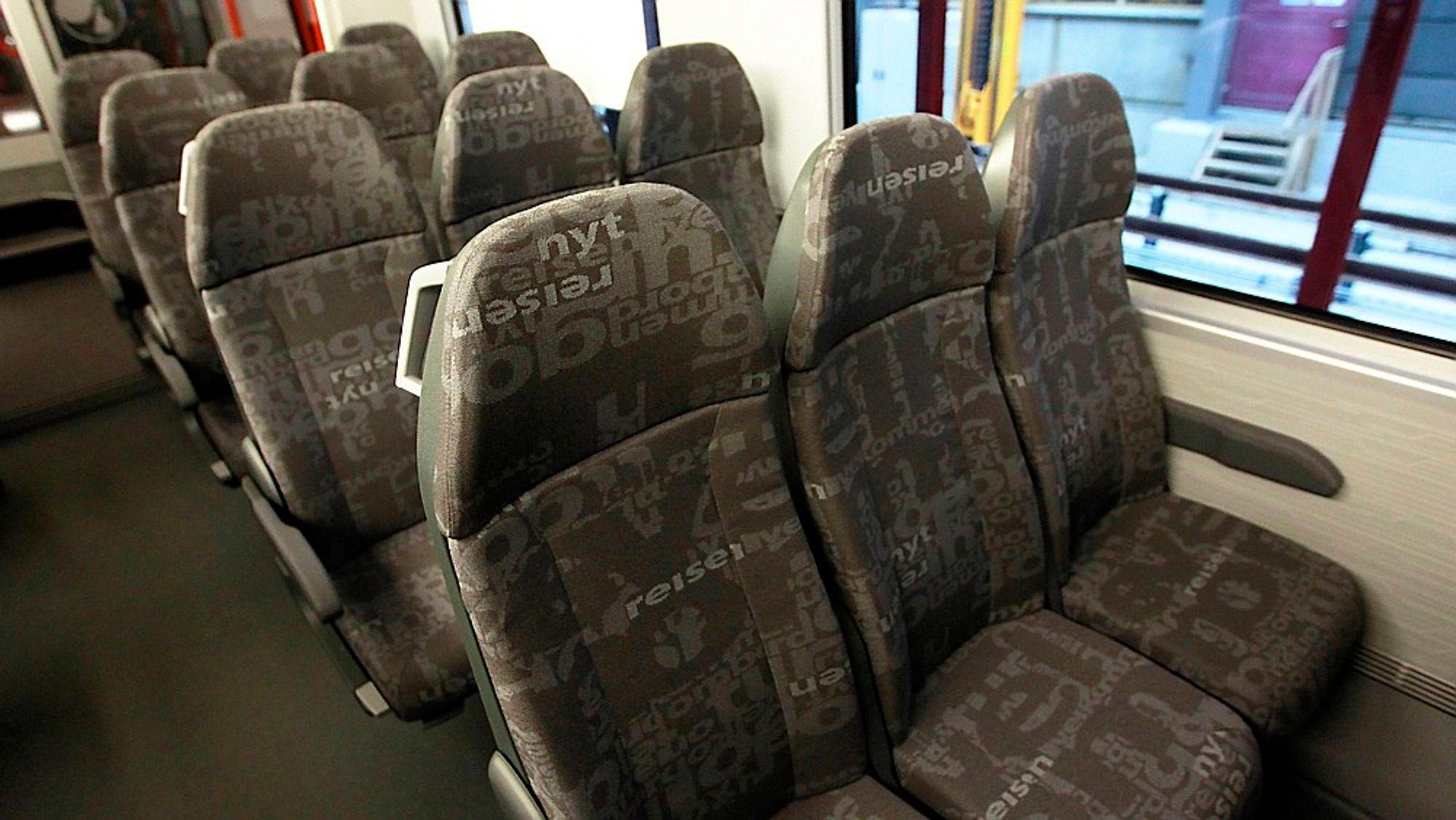 Setene på NSBs nye Flirt-tog har fått mye kritikk for å være veldig trange. Nå skal de byttes ut.