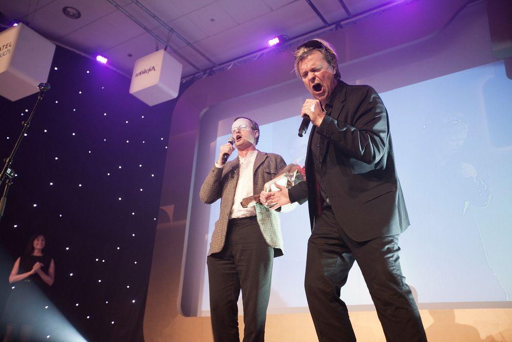 Mottok hedersprisen med duett: Teknologisjefen i Opera Software Håkon Wium Lie overrasket alle deltakerne på årets Gulltastarangement med å synge sammen med konferansier Alex Rosén.